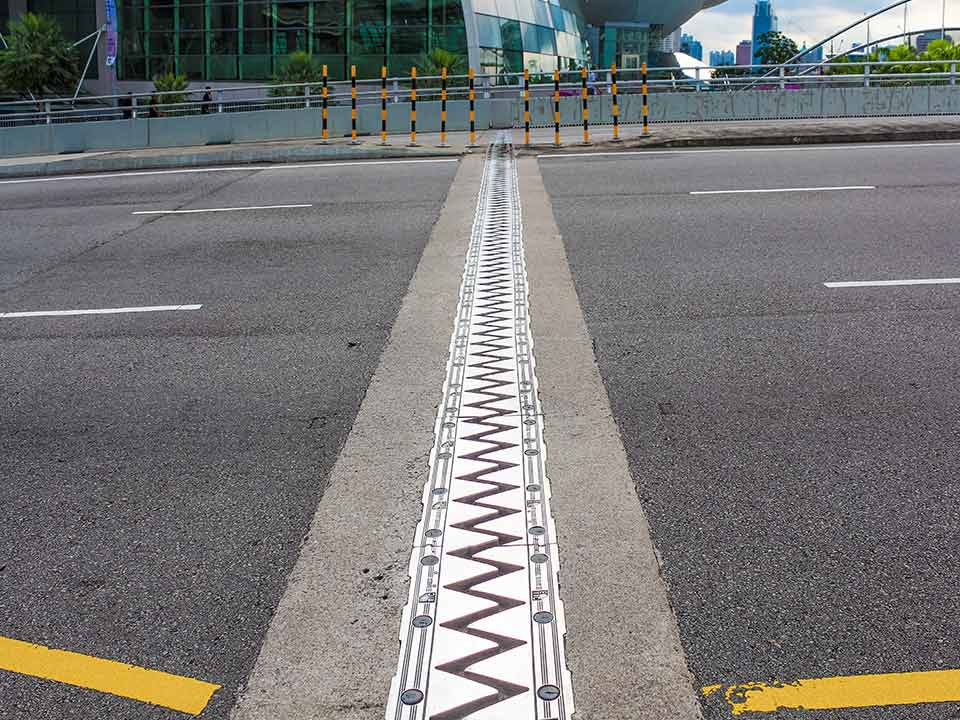 Saw tooth bridge expansion joint